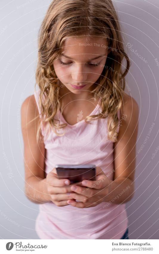 Kind Mensch schön weiß Hand Haus Freude Mädchen Gesicht Lifestyle feminin klein Spielen Denken rosa Wohnung