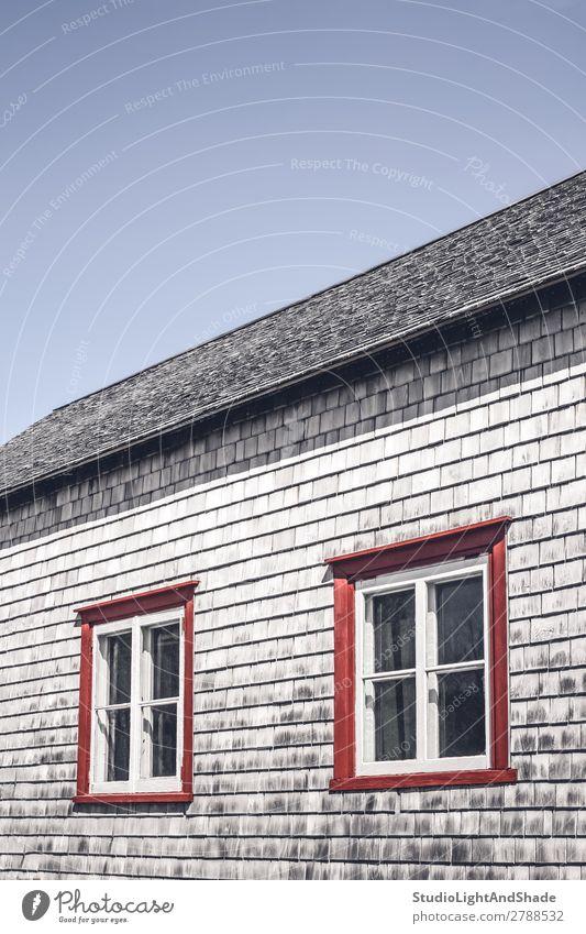 Himmel alt blau Farbe Landschaft rot Haus Architektur Holz Gebäude Textfreiraum grau retro Fotografie historisch Symbole & Metaphern
