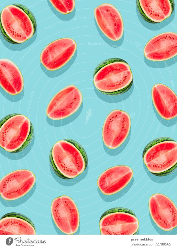 Scheiben aus Wassermelone auf einer glatten Oberfläche, die in leuchtendem Blau lackiert ist. Frucht Ernährung Essen Vegetarische Ernährung Diät Sommer frisch