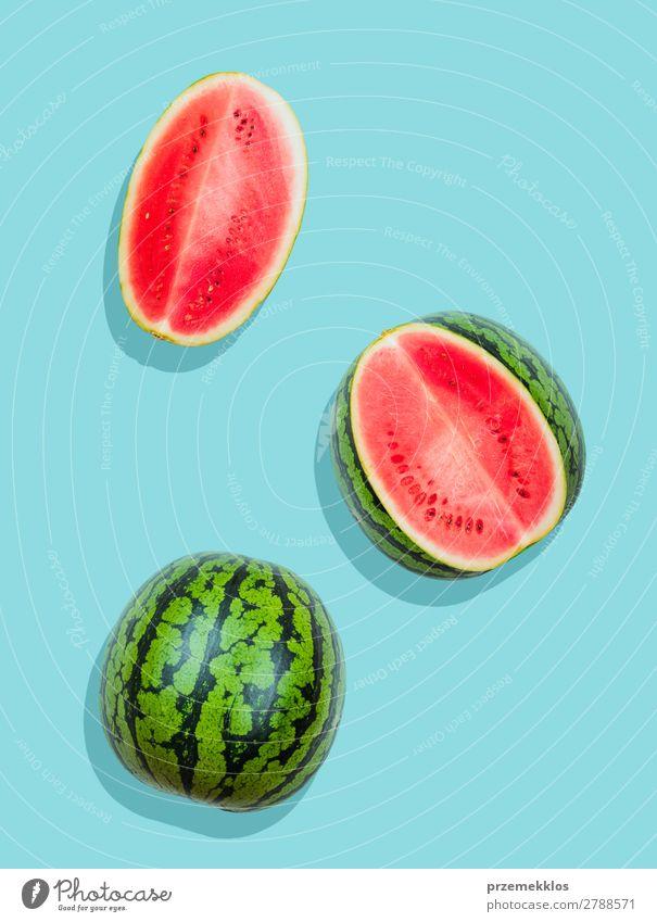 Stücke von Wassermelone auf schlichtem blauem Hintergrund Frucht Ernährung Essen Vegetarische Ernährung Diät Sommer frisch hell lecker natürlich saftig