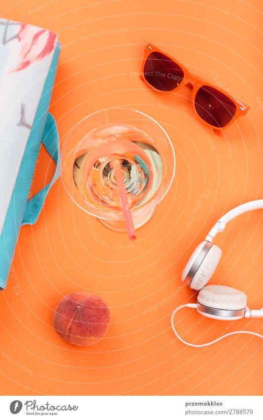 Sonnenbrille, Getränk, Kopfhörer, Pfirsich, orangefarbener Hintergrund Frucht Lifestyle Stil Sommer frisch Decke Lebensmittel sehr wenige Farbfoto Außenaufnahme