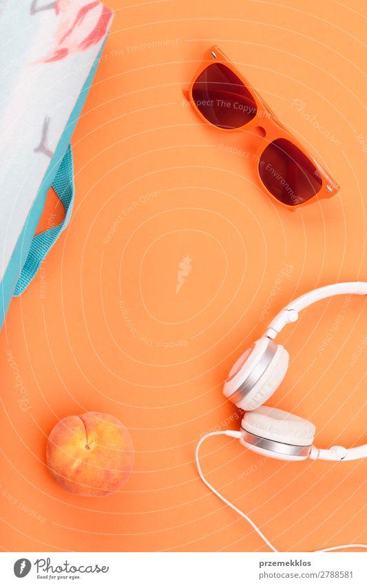 Sonnenbrille, Kopfhörer, Pfirsich, Decke auf orangem Hintergrund Frucht Lifestyle Stil Sommer frisch Lebensmittel sehr wenige Farbfoto Außenaufnahme