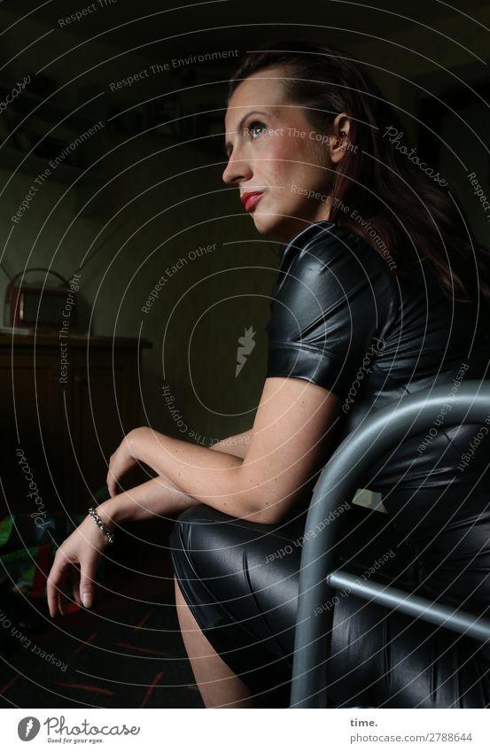 Anja Bett Raum feminin Frau Erwachsene 1 Mensch Kleid Schmuck brünett langhaarig beobachten Denken Blick sitzen warten elegant selbstbewußt Coolness
