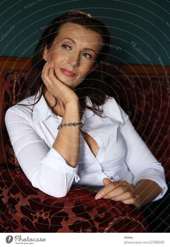 Anja Sofa feminin Frau Erwachsene 1 Mensch Hemd brünett langhaarig beobachten festhalten Lächeln Blick warten Freundlichkeit listig schön Gefühle selbstbewußt