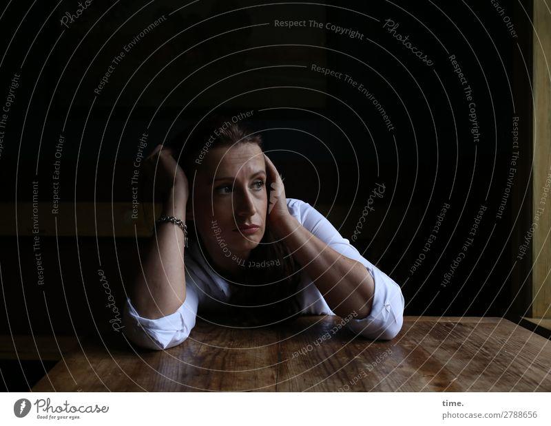 gerade mal woanders | Fernweh Tisch Küche feminin Frau Erwachsene 1 Mensch Fenster Hemd Schmuck brünett langhaarig beobachten Denken festhalten Blick sitzen