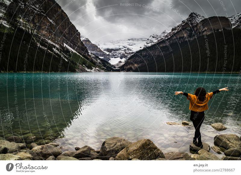 Fernweh | endlich bin ich hier Ferien & Urlaub & Reisen Tourismus Ausflug Berge u. Gebirge Junge Frau Jugendliche Erwachsene Natur Landschaft Wolken Felsen