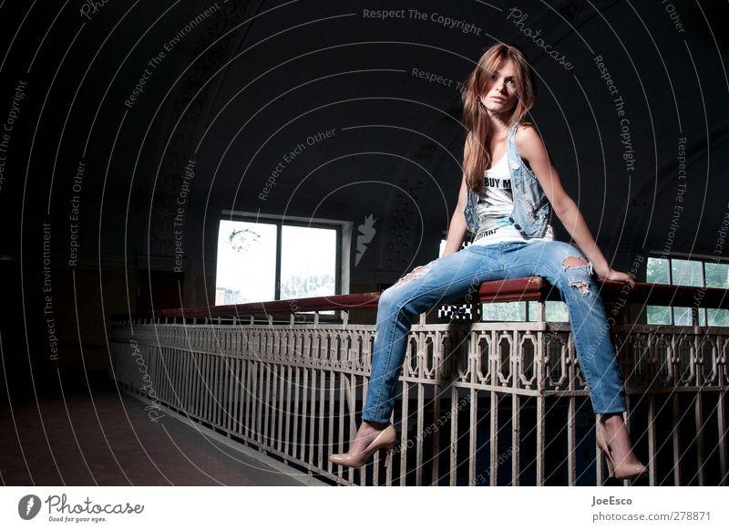 #232870 Stil Freizeit & Hobby Freiheit Frau Erwachsene 1 Mensch Mode brünett entdecken Erholung festhalten sitzen träumen Coolness dunkel frei trendy