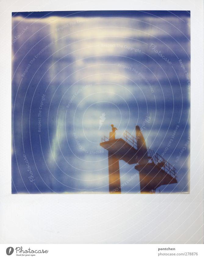 Polaroid. Mensch auf Sprungturm in 10 Meter Höhe. Mut Freizeit & Hobby Sportstätten stehen Freibad Sprungbrett Himmel blau Plattform Farbfoto Außenaufnahme Tag