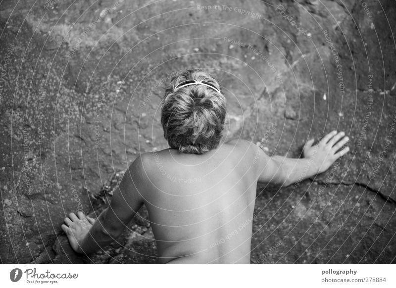look up Mensch Mann Jugendliche Sommer Einsamkeit Erwachsene Erholung Berge u. Gebirge Leben Gefühle Kopf Stein Junger Mann Felsen 18-30 Jahre Rücken