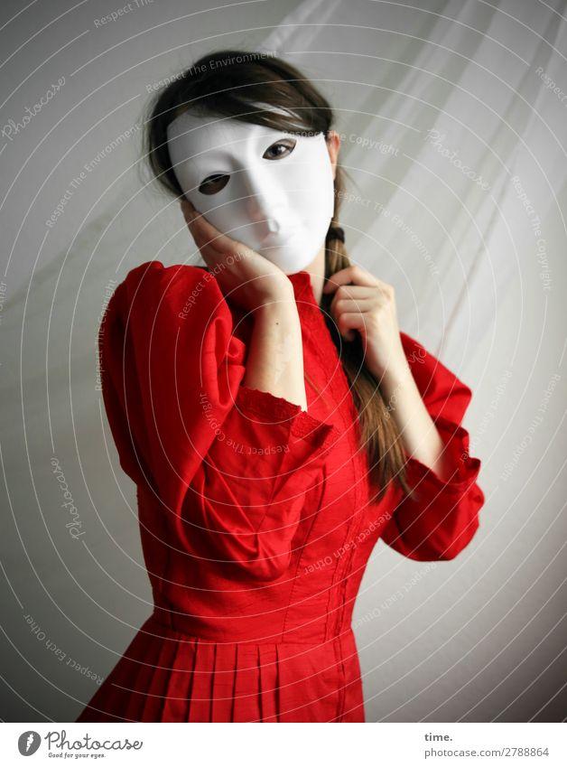 Sandra Frau Mensch schön Erwachsene Leben feminin stehen Kreativität beobachten entdecken Schutz Sicherheit festhalten Kleid Maske Überraschung