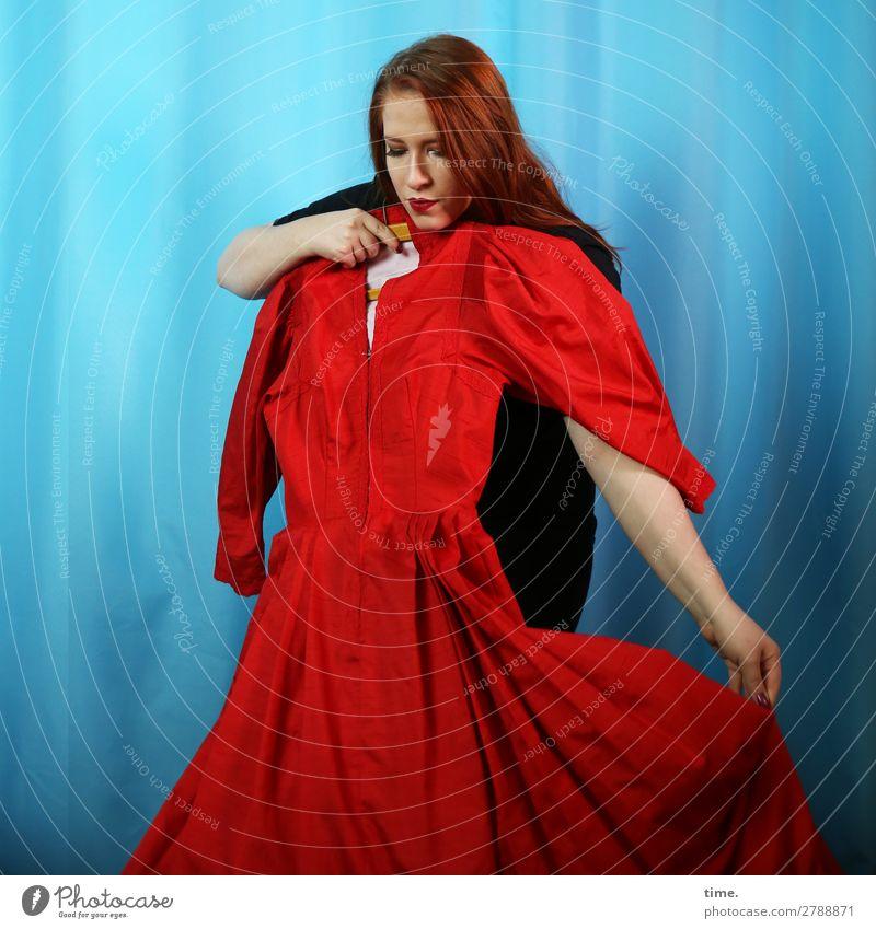 Anprobe Vorhang feminin Frau Erwachsene 1 Mensch Kleid Pullover Stoff rothaarig langhaarig beobachten Denken festhalten Blick Neugier schön Leidenschaft