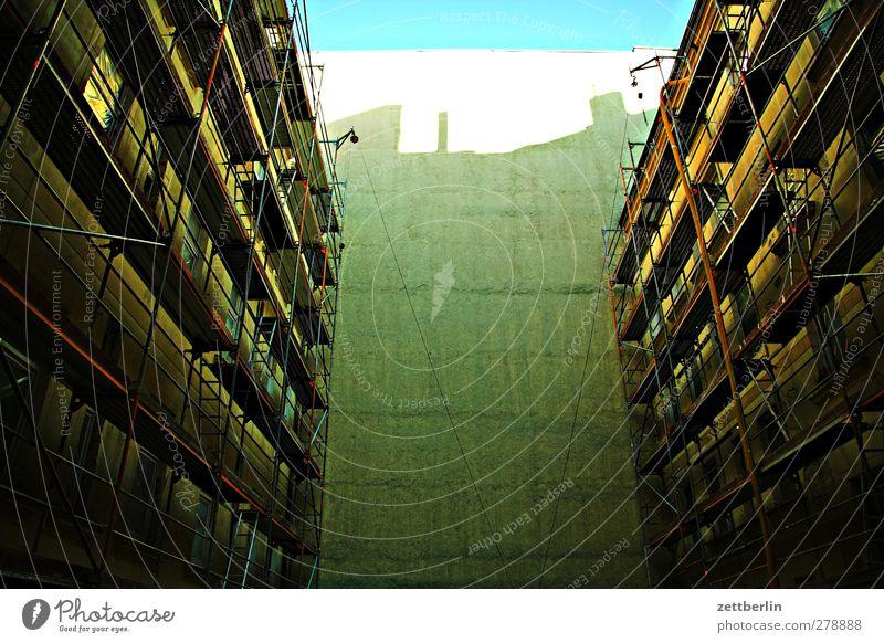 Baustelle Stadt Hauptstadt Stadtzentrum bevölkert Haus Traumhaus Hochhaus Gebäude Architektur Mauer Wand Fenster alt gut schön Baugerüst Gerüst Rüstung