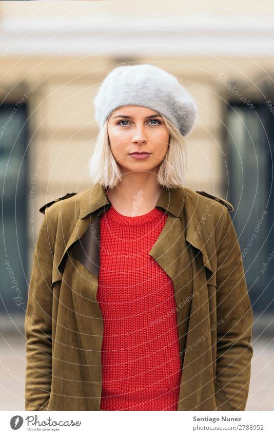 Porträt einer jungen Frau auf der Straße. Jugendliche blond Glück Mädchen hispanisch schön Lifestyle Außenaufnahme attraktiv ernst Erwachsene Gesicht Park