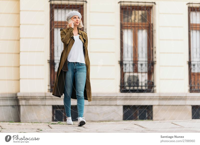 Porträt einer jungen Frau mit ihrem Handy. Jugendliche blond Glück Mädchen schön benutzend Mobile Telefon Telefongespräch Sprechen Außenaufnahme attraktiv