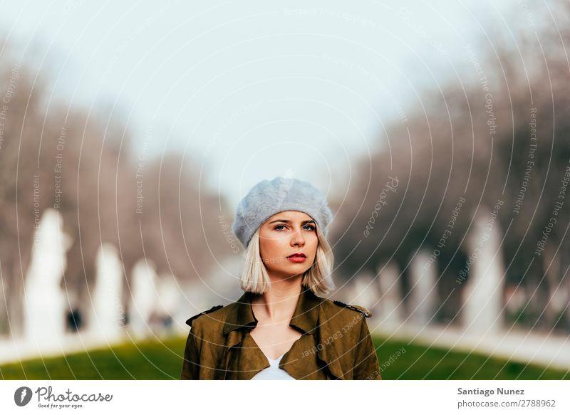 Porträt einer jungen Frau auf der Straße. Jugendliche blond Glück Mädchen hispanisch Außenaufnahme attraktiv Lächeln schön hübsch Erwachsene Gesicht Park