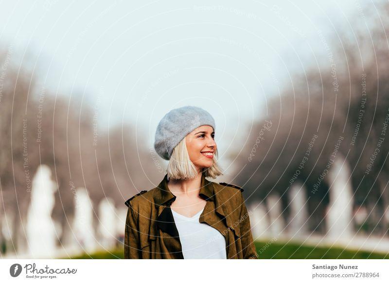 Porträt einer jungen Frau auf der Straße. Jugendliche blond Glück Mädchen hispanisch schön Lifestyle Außenaufnahme attraktiv Lächeln Erwachsene Gesicht Park