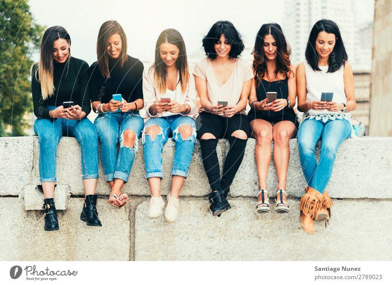 Große Gruppe von Freunden, die Mobiltelefone benutzen. Freundschaft Mobile Telefon PDA benutzend Menschengruppe Jugendliche Frau klug Technik & Technologie