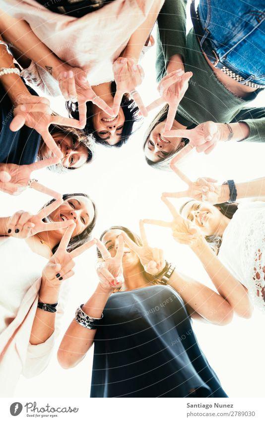 Freunde, die eine Sternform mit den Fingern machen. Erwachsene Amerikaner lässig Kaukasier Nahaufnahme Freundschaft Lächeln Glück Mensch Entwurf 6