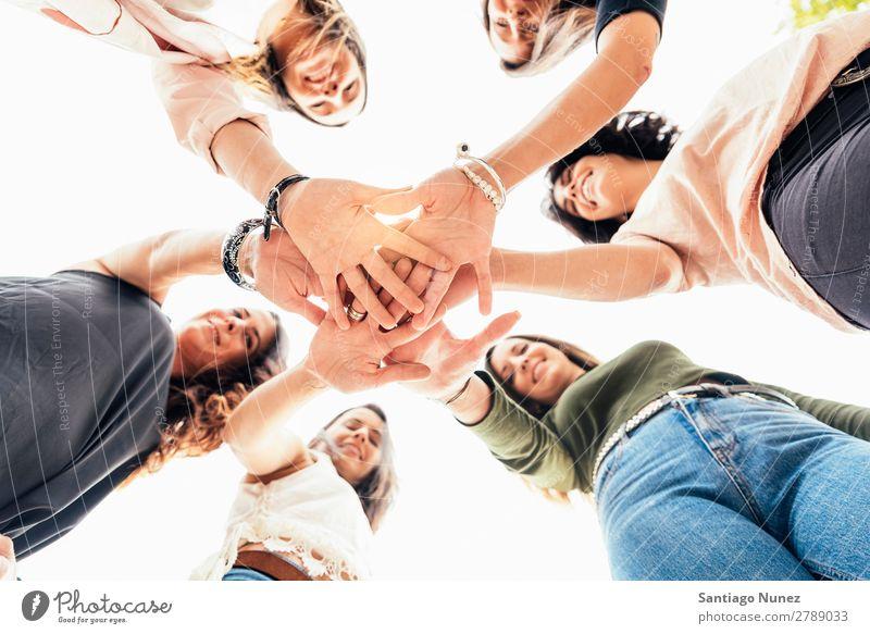 Freunde mit gemeinsamen Händen. Erwachsene Amerikaner lässig Kaukasier Nahaufnahme Freundschaft Lächeln Glück Mensch Entwurf 6 Menschengruppe Hand Idee