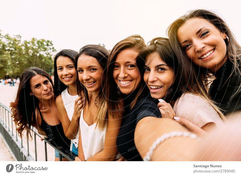 Lustige Mädchen, die mit einem Smartphone Fotos machen. Selfie nehmen Freundschaft Freude Menschengruppe Frau Glück Lächeln schön Sommer Jugendliche Lifestyle