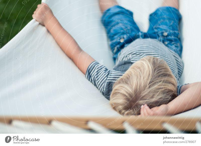 ausruhen. blau Wasser weiß Sommer Sonne Freude Erholung Wiese Wärme Haare & Frisuren Glück Garten blond Zufriedenheit Perspektive Sicherheit