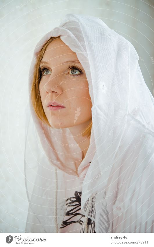 Moment. feminin Junge Frau Jugendliche Erwachsene 1 Mensch 13-18 Jahre Kind 18-30 Jahre Bekleidung Schleier Kopftuch rothaarig Blick kuschlig weiß Gefühle