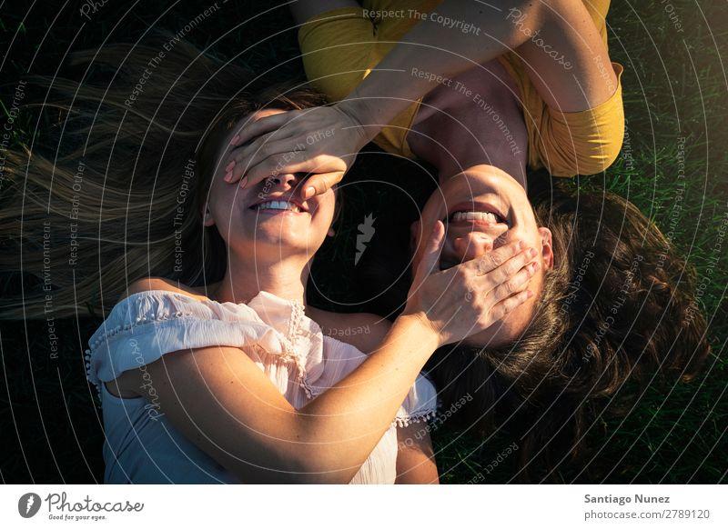 Schöne Frauen, die Spaß im Park haben. Freundschaft Jugendliche Glück Sommer Mensch Freude Fotografie Selfie Spielen Musik Erwachsene Mädchen hübsch Liebe