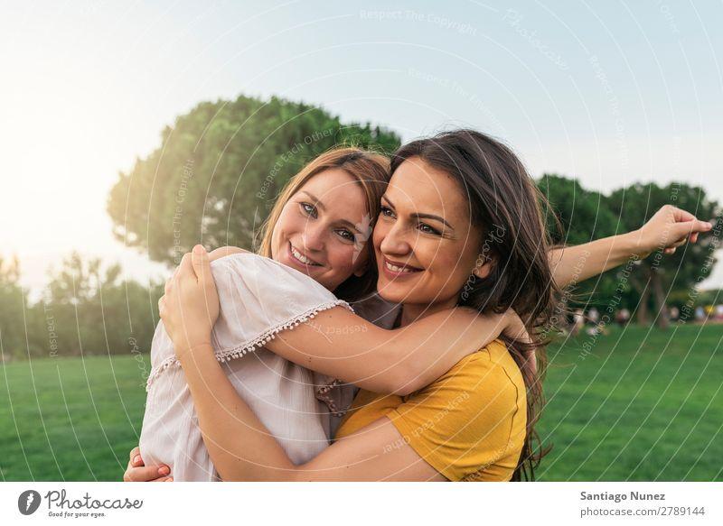 Schöne Frauen lächeln und Spaß haben. Picknick Freundschaft Jugendliche Park Glück Umarmen Sommer Mensch Freude Spielen Erwachsene Mädchen hübsch Porträt schön