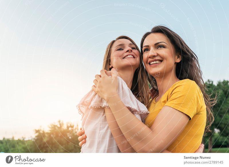 Schöne Frauen, die lächeln und Spaß im Park haben. Picknick Freundschaft Jugendliche Glück Umarmen Sommer Mensch Freude Spielen Erwachsene Mädchen hübsch