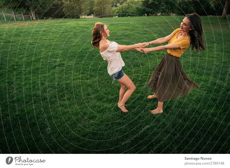 Schöne Frauen lächeln und Spaß haben. Picknick Freundschaft Jugendliche Hand Spielen Park Glück Sommer Mensch Freude lustig Halt Teamwork Zusammenarbeit