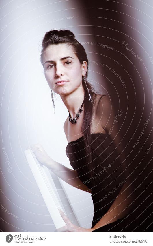 Blick. Mensch Junge Frau Jugendliche 1 18-30 Jahre Erwachsene Mode Kleid Accessoire schwarzhaarig brünett langhaarig festhalten schön retro dünn Optimismus