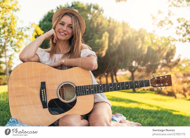 Schöne Frau, die Gitarre spielt. Picknick Jugendliche Gitarrenspieler Park Glück Sommer Mensch Freude Spielen Musik Erwachsene Mädchen hübsch Porträt