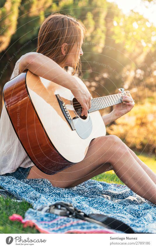 Schöne Frau, die Gitarre spielt. Picknick Jugendliche Gitarrenspieler Park Glück Sommer Mensch Freude Spielen Musik Erwachsene Mädchen hübsch Freundlichkeit
