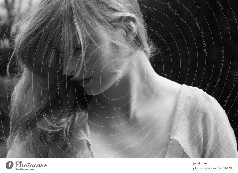 Angels feminin Junge Frau Jugendliche 1 Mensch 18-30 Jahre Erwachsene blond langhaarig träumen Traurigkeit ästhetisch authentisch natürlich schön Gefühle