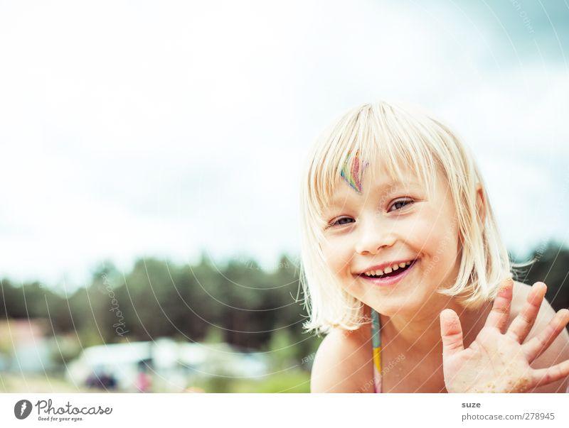 Hallo Mensch Kind Hand Sommer Mädchen Gesicht feminin Haare & Frisuren lachen klein Kopf blond Kindheit Freizeit & Hobby Fröhlichkeit Lifestyle