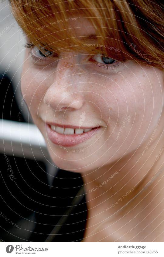 martina.draußen feminin Junge Frau Jugendliche Gesicht Sommersprossen 1 Mensch 18-30 Jahre Erwachsene rothaarig Pony Lächeln leuchten authentisch Freundlichkeit