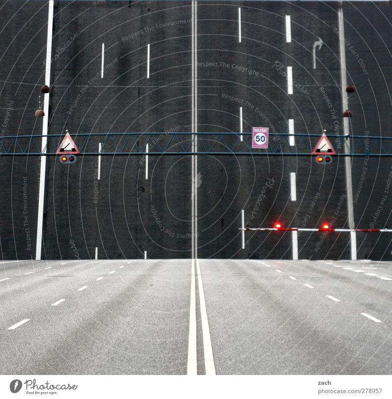 Himmelfahrt Stadt Wege & Pfade grau Verkehr leuchten Schilder & Markierungen Beton Hinweisschild Zeichen Brücke fahren Verkehrswege Autofahren Symmetrie Straße