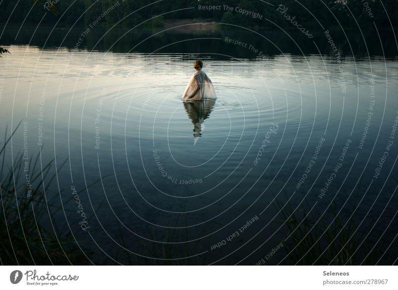 ins Wasser gehen Sommer Wellen Mensch feminin Frau Erwachsene 1 Umwelt Natur Landschaft Pflanze Schönes Wetter Gras Seeufer Flussufer Schwimmen & Baden träumen
