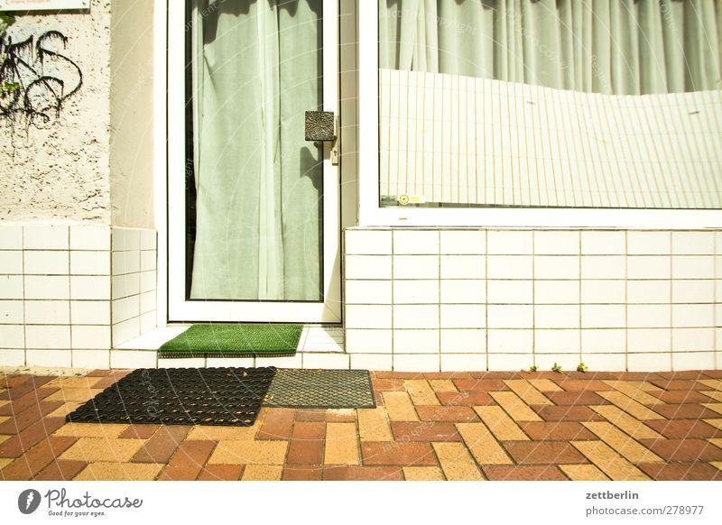 Muster (diverse) Haus Fenster Wand Architektur Mauer Gebäude Tür Fassade Häusliches Leben Bauwerk Fliesen u. Kacheln Terrasse Hinterhof hässlich Mieter Schaufenster