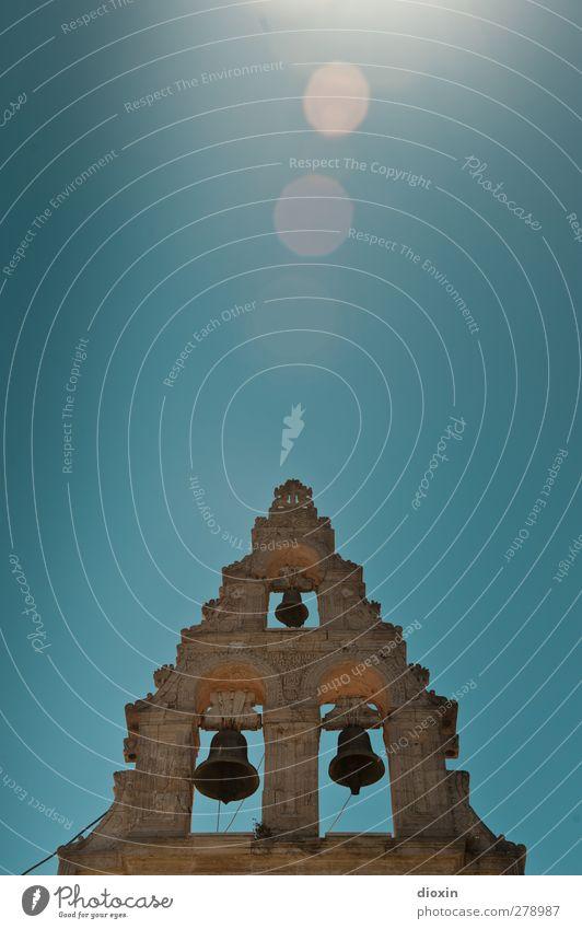 High Noon Dorf Menschenleer Kirche Bauwerk Gebäude Architektur Glockenturm heiß hell hoch Wärme Farbfoto Außenaufnahme Textfreiraum oben Tag Sonnenlicht