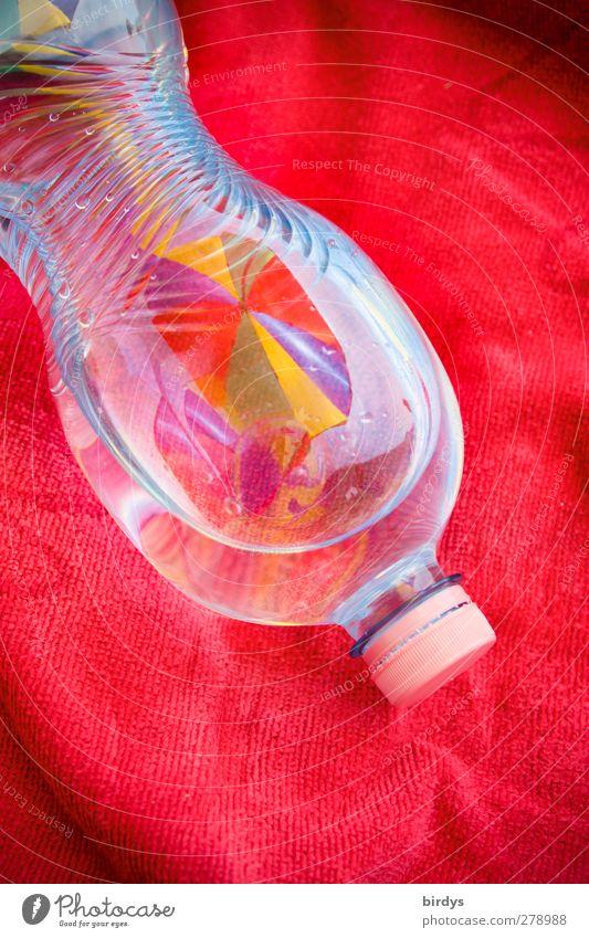 PET-Flascheninhaltsstoffe Getränk Trinkwasser Petflasche Kunststoff glänzend leuchten ästhetisch außergewöhnlich rot Farbe Gesundheit nachhaltig Anschnitt