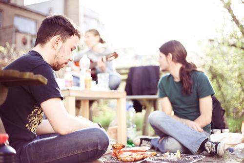 in my garden Fleisch Lifestyle Freizeit & Hobby Grillen Gartenfest Junge Frau Jugendliche Junger Mann Freundschaft 3 Mensch 18-30 Jahre Erwachsene sitzen