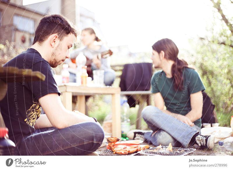 in my garden Mensch Jugendliche Sommer Erwachsene Junge Frau Garten Junger Mann Freundschaft 18-30 Jahre Zusammensein Freizeit & Hobby sitzen Lifestyle Lebensfreude Grillen Fleisch