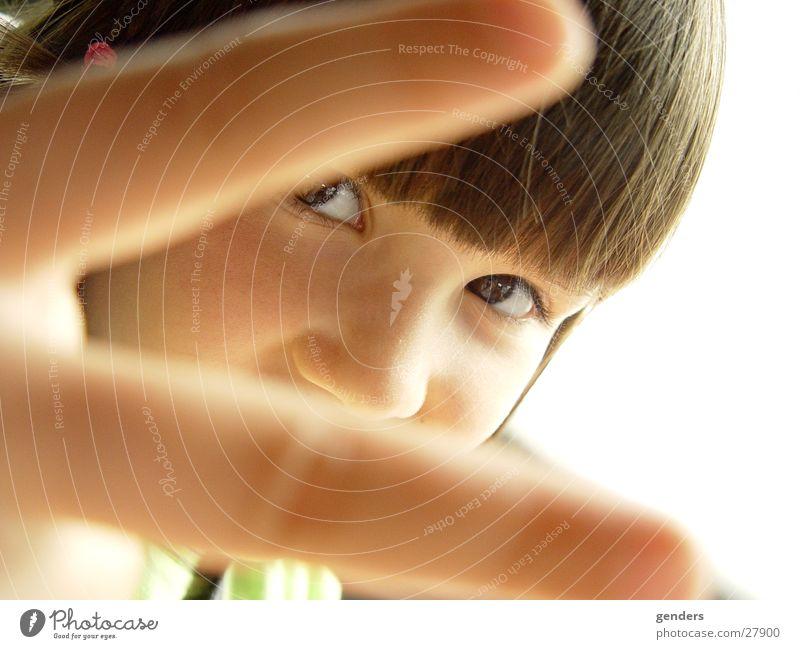 peace Frieden Kind klein Kleinkind Finger Porträt süß Hand Gesicht Blick Nase lustig frech Haare & Frisuren