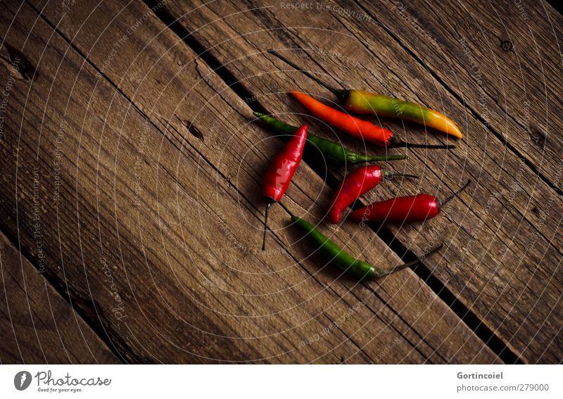 Schoten Frucht Kräuter & Gewürze Bioprodukte Vegetarische Ernährung Slowfood frisch Gesundheit mehrfarbig Scharfer Geschmack Chili Peperoni Holztisch