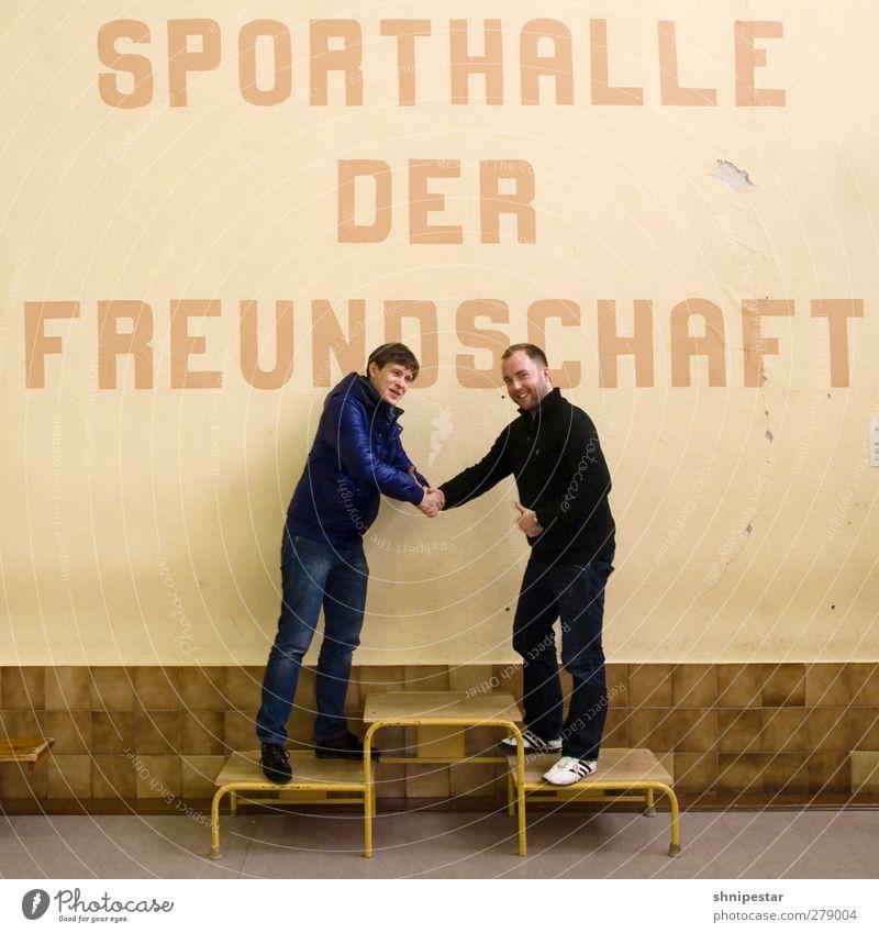 Sportler Frei! Mensch Jugendliche Freude Erwachsene Leben Wand Mauer Junger Mann Mode Freundschaft 18-30 Jahre Freizeit & Hobby maskulin Erfolg Lächeln