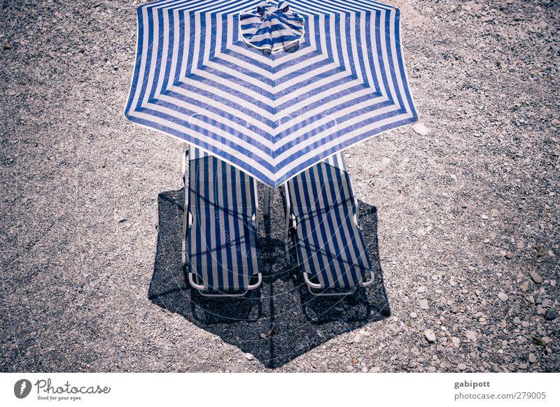 Schatten zentral Körperpflege Wohlgefühl Ferien & Urlaub & Reisen Tourismus Sommer Sommerurlaub Sonnenbad Strand heiß trist trocken blau braun Perspektive