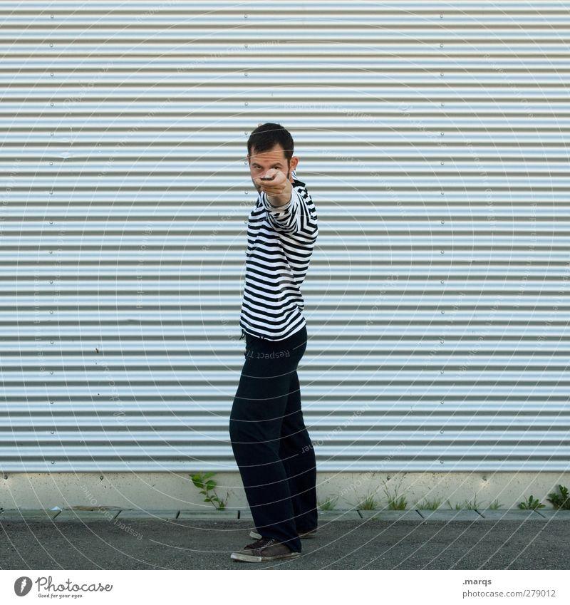 En garde! Mensch maskulin Junger Mann Jugendliche 1 30-45 Jahre Erwachsene Fassade Linie stehen Coolness Konzentration zeigen Schalter ausgestreckt auffordern