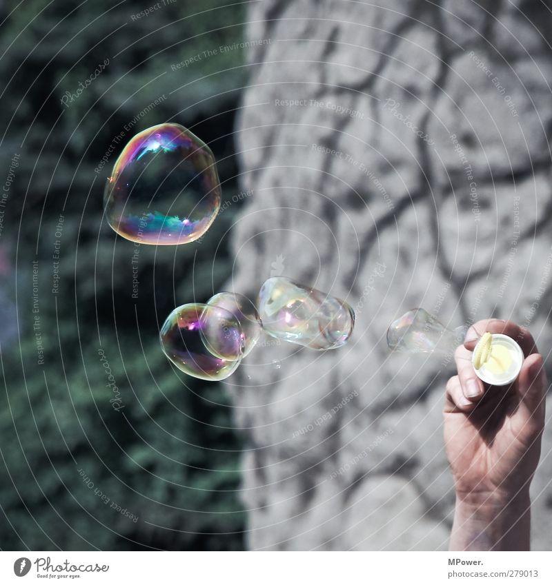 O oo o o Mensch Hand Erwachsene Spielen fliegen verrückt Finger Spielzeug Seifenblase Oberflächenspannung