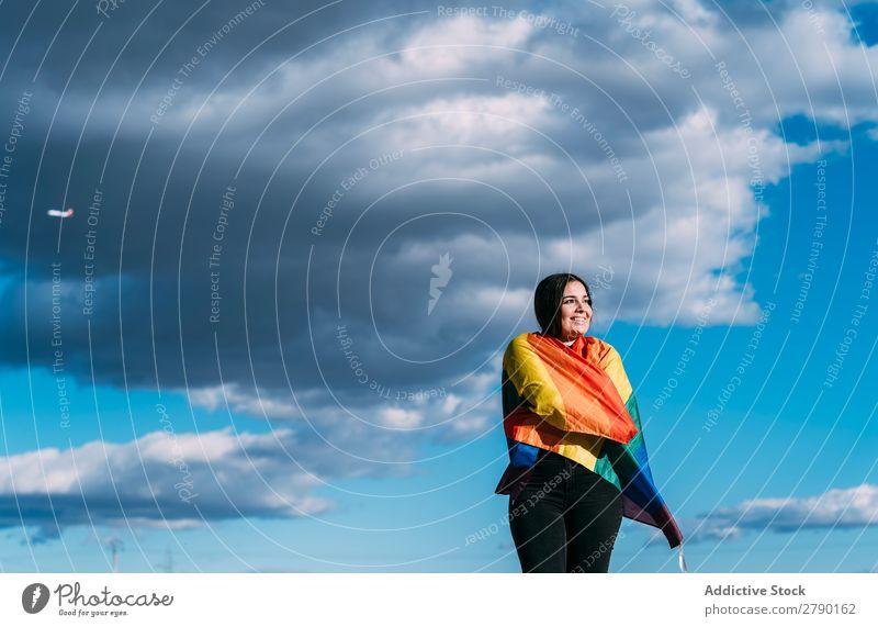 Junge Frau mit schwuler Flagge Feste & Feiern Halt Symbole & Metaphern Orientierung Toleranz Außenaufnahme Festspiele bisexuell Homosexualität Gleichstellung